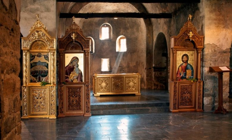 иконостаси в църковен храм
